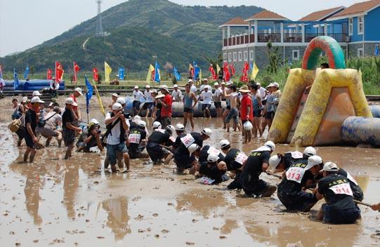 广西田东县在横山古寨荷塘水上拔河