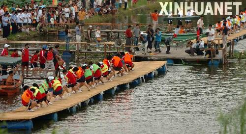 广西举行水上拔河比赛