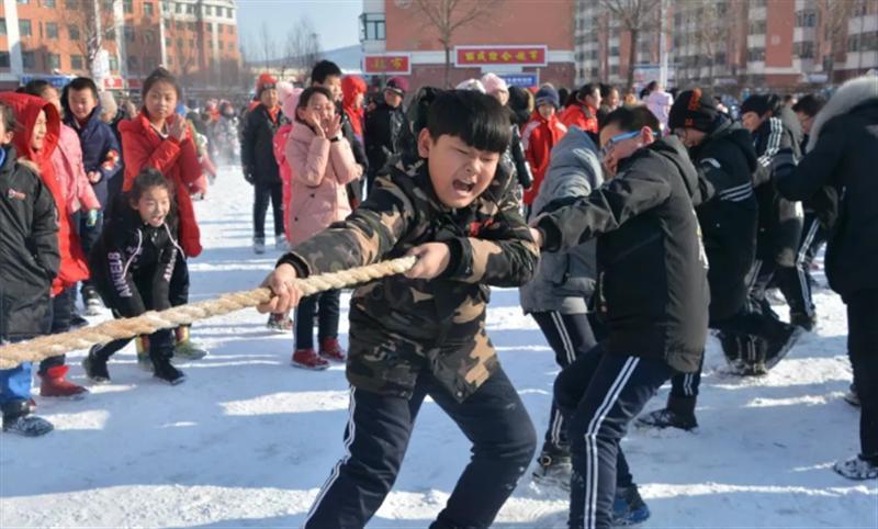 中小学生雪地拔河