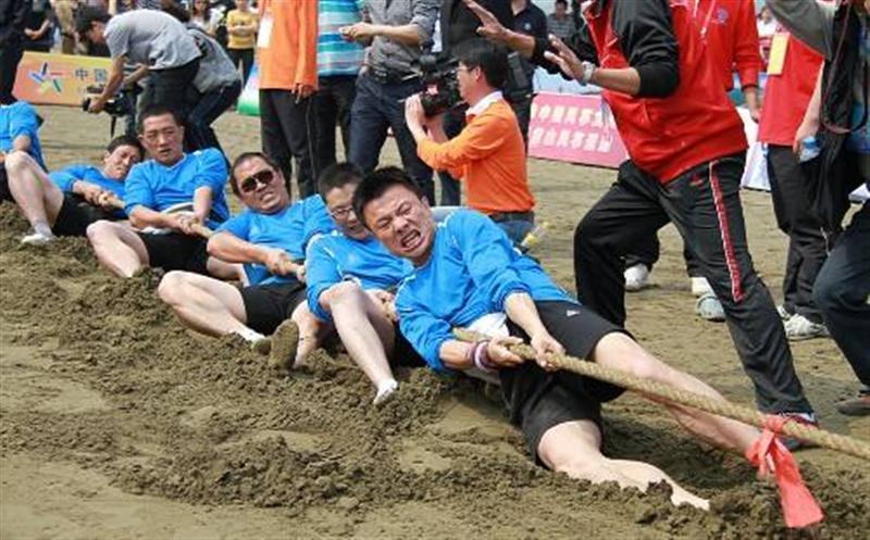 """青岛国际沙滩节   """"沙滩拔河""""备受瞩目"""